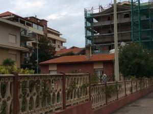 """Via Romagna, abitazione preesistente e """"nuova palazzina"""""""