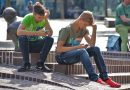 Chi usa troppo i social network si sente isolato.  Alcune strategie per ridurne l'uso